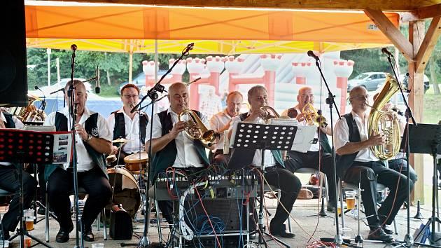 Obecní slavnost s Babouky na koupališti v Besednici.