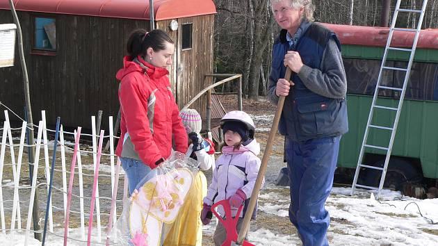 Jiří Tancer (na snímku) hlásí, že sjezdovka Brloh je připravena. Sněhu je tam ale více, než na této fotce.