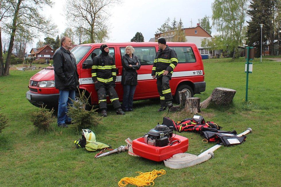 Krumlovští vodní záchranáři ve spolupráci s hasiči z Černé v Pošumaví (na snímku se starostkou Černé Irenou Pekárkovou a kronikářem Františkem Záhorou) připravují dráhu pro ponor.