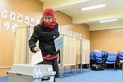 Na volebním okrsku č. 3 v Základní škole ve Velešíně evidovali v sobotu kolem poledne volební účast zhruba padesátiprocentní. To bylo nejméně ze všech tří velešínských okrsků.