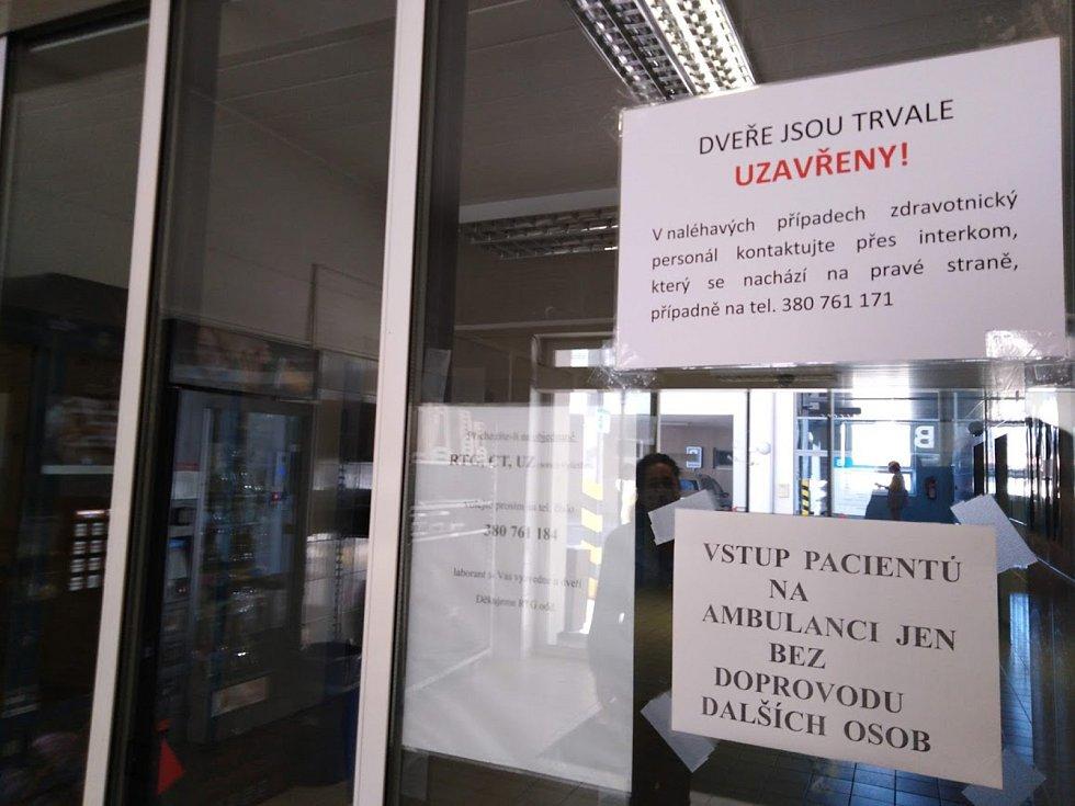 Zákaz vstupu! Do českokrumlovské nemocnice se bez vstupního vyšetření nikdo nedostane.