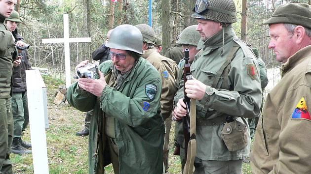 Po více jak šedesáti letech se v lesíku ve Zdíkách konal první pietní akt. Na pětici nacisty zabitých amerických letců zavzpomínali členové Veteran Army Vehicles České Budějovice spolu se zástupci obce Bujanov.