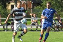 Kapličtí fotbalisté (v černobílém) doma podlehli Semicím 1:2.