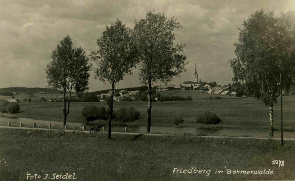 Frymburk na snímku Josefa Seidela. Jediná cesta do Loučovic a Vyššího Brodu vedla po pravém řeku Vltavy, dnešní levobřežní silnice vznikla až po napuštění Lipna.