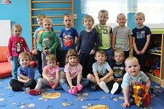 Mladší děti z MŠ Hořice na Šumavě focení zvládly skvěle, nejmladší Tomášek, kterému jsou dva roky, ale neodolal a ze skříňky si vytáhl auto.