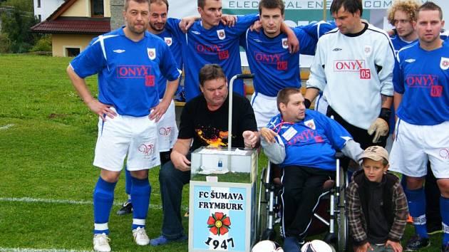 ZÁŘÍ ŠTĚSTÍM. Honza Urban i jeho přátelé fotbalisté byli při sobotním vyhlášení spokojení.