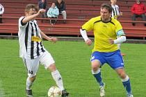 Skóre otevřel kaplický mladík Jiří Divoký (u míče před hrdějovickým kapitánem Jiřím Jordánem).