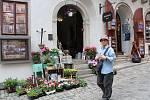 Dobrá praxe. Město zároveň s novým tržním řádem vydalo doporučení, kde uvádí konkrétní příklady, jak by prostor před obchody měl, resp. neměl vypadat. Jako dobrou praxi uvádí květinářství  na Latránu.