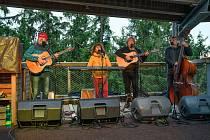 Ani studené počasí návštěvníky neodradilo užít si koncert Nezmarů na Stezce korunami stromů.
