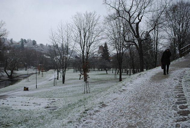 Sníh od rána začíná ležet ivČeském Krumlov. Chodci, pozor hlavně na mostech, klouže to!