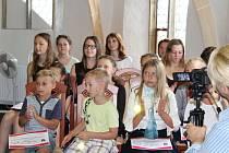 Ty nejlepší z nejlepších žáků velešínské základní školy včera slavnostně přijal starosta Velešína Josef Klíma.