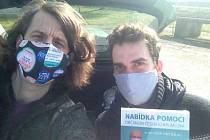 Dobrovolníci s koordinátorem Martinem Střelcem při roznosu informačních letáků po Krumlově.