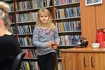 V Benešově se lidé sešli u koled v obecní knihovně. Na kytaru doprovázel Jiří Havelka.