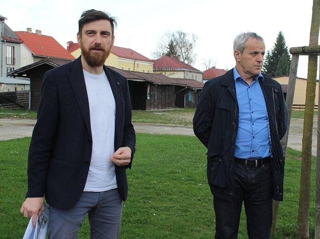 Každý z účastníků procházky s architektem v Horní Plané mohl k návrhu rekonstrukce náměstí řici své.