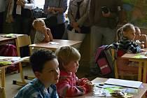 Základní škola Linecká přivítala 2. září novopečené prvňáčky. Děti dostaly sladkosti i kufříky s pomůckami do školy.