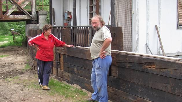 PROTIPOVODŇOVÁ STĚNA. Anděla Činátlová a Jan Neuberk před zatím nedostavěnou dřevěnou stěnou.