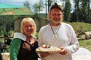 Muži vaří, ženy pijí. Vyhrálo rizoto Jaroslava Sládka z Budějovic, druhé skončily knedlíky se žahourem Emila Nedorosta ze Sedlce (na snímku s manželkou Boženou) a třetí kapustová polívka Petra Apfelthalera z Hořic na Šumavě.