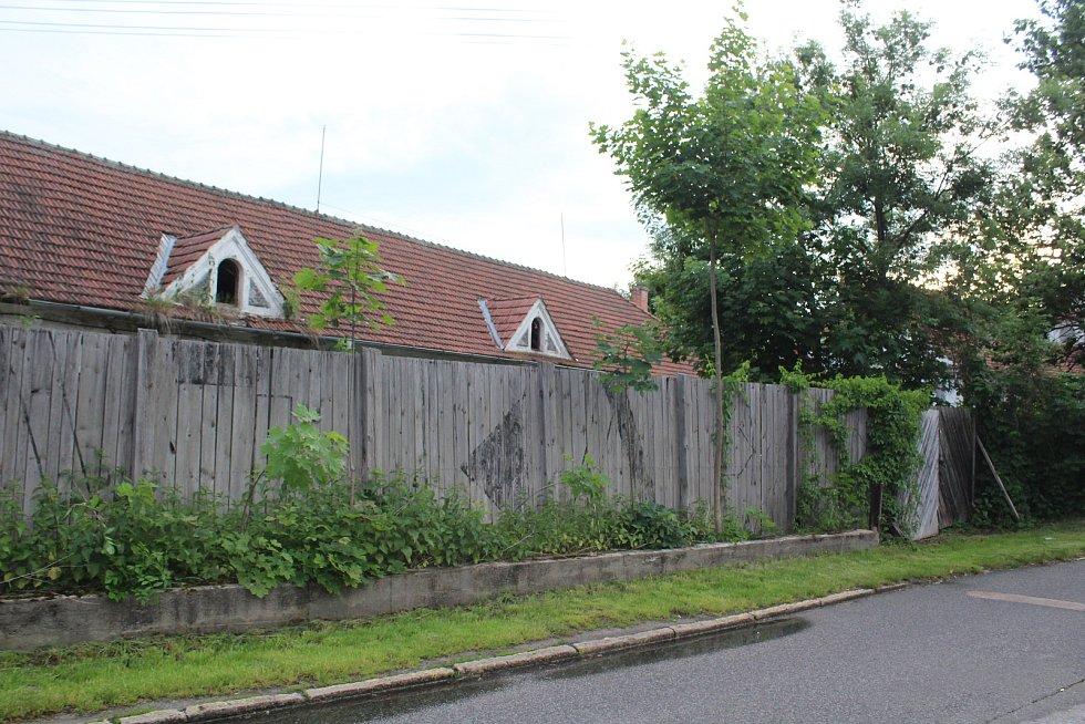 Bývalá jatka v sousedství Vltavy také čekají na své budoucí využití.