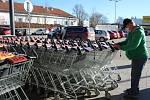 Také zákazníci českokrumlovských prodejen si musí zvykat na nová opatření.