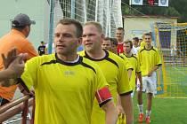 Stálicí podzimní kaplické sestavy byl stejně jako v minulé sezoně symbolicky kapitán Petr Janura (vpředu před dalším matadorem Milanem Románkem po výhře nad Roudným).