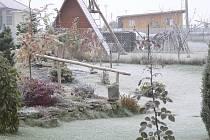 Jinovatkou mráz ráno pokryl i střechy domů.