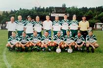 Tým Spartaku Kaplice před posledním utkáním sezony 1998/99, po kterém slavil zlato v krajském přeboru a postup do divize.