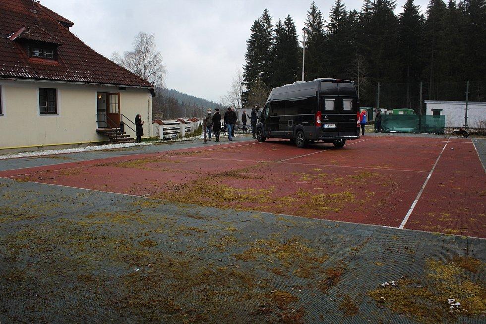 Nevyužívaný tenisový kurt hotelu Kilián se promění v pěkné stání pro karavany a obytné automobily.