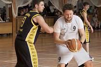 Střelecký prapor Spartaku drželi na táborské palubovce podkošoví hráči. Nejlepším střelcem duelu byl Petr Novotný (vpravo s míčem, na snímku z domácího utkání s Pískem), který do koše soupeře nasázel 18 bodů.
