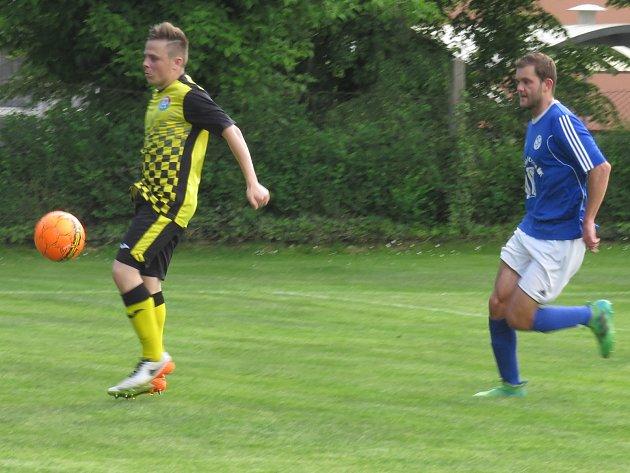 Výhru Spartaku v Suchdole pečetil Jiří Divoký (u míče před Heřmanem), který prvním gólem po návratu do kaplického dresu navíc oslavil páteční jedenadvacáté narozeniny.