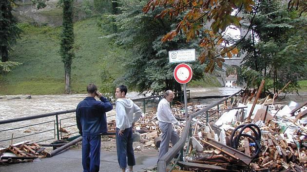 U Plášťového mostu v Českém Krumlově 15. 8. roku 2002.