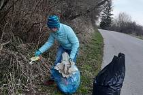 Eva Mlezivová se synem vysbírali odpadky podél silnice z Větřní na Kájov.