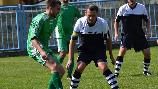 V derby na půdě druhého okresního novice sice dynamáci v půli prohrávali, ale pak během dvou minut po pauze stav otočili, když k obratu gólově zavelel zkušený Karel Krauskopf (vlevo před kapitánem Černé Karlem Strnadem).