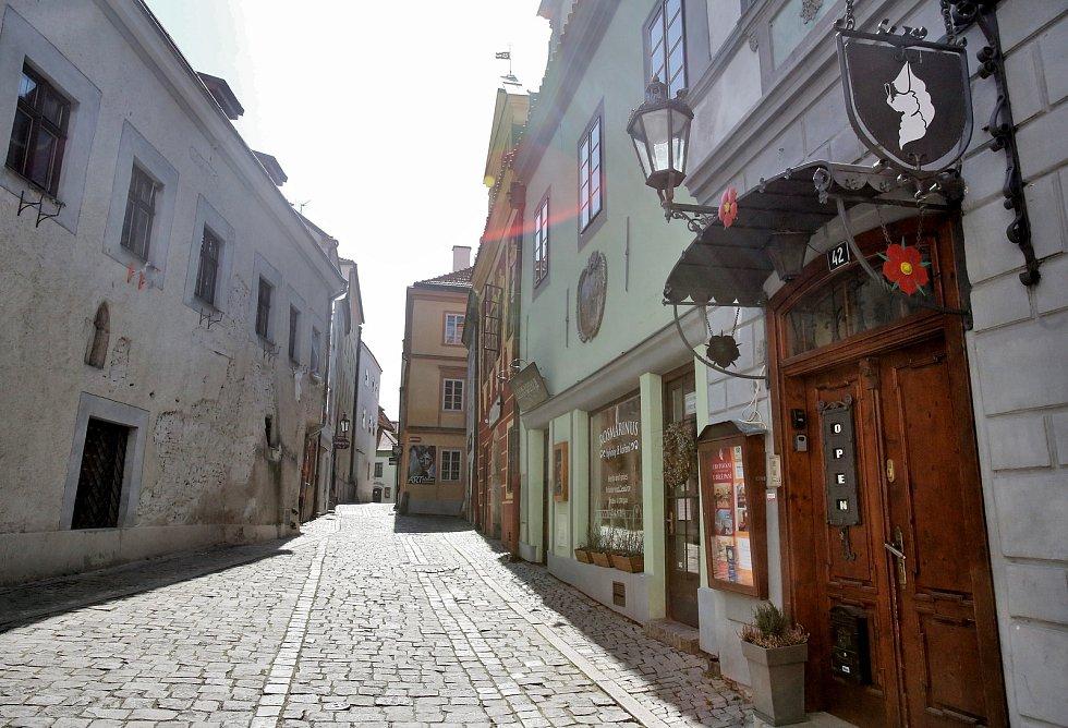 Celosvětová empidemie koronaviru vylidnila i centrum Českého Krumlova, které je běžně zaplaveno turisty.