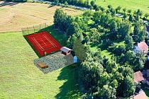 Na moderním víceúčelovém sportovišti, které vyroste na okraji obce, si budou moci obyvatelé Chlumce i okolních sídel zahrát volejbal, nohejbal, fotbal i tenis.