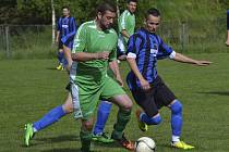 Jediný gól šlágru kola mezi Chvalšinami a Vyšším Brodem dal domácí Lukáš Fučík (vpravo, v souboji s hostujícím Jiřím Gondekem).