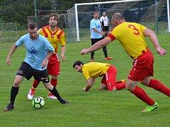 Oblastní I.B třída (skupina A) – 22. kolo: Sokol Chvalšiny (žlutočervené dresy) – SK Zlatá Koruna 1:0 (0:0). U míče Milan Homer ve chvalšinském obležení.