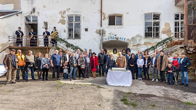 Martinové Neudörflovi starší a mladší slavnostné poklepali na základní kámen přestavby bývalého pivovaru Rožmberk. A spolu s nimi pozvaní hosté.