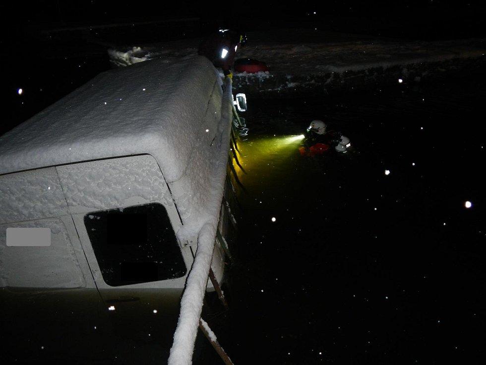 Noční zásah hasičů a potápěčů v Herbertově.