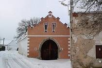 Usedlost v Krníně byla podle záznamů ministerstva kultury vystavěna v roce 1490. Objekt, který je jednou z nejstarších zemědělských usedlostí v jižních Čechách, zároveň patří mezi nejlépe dochované středověké stavby lidového prostředí u nás.
