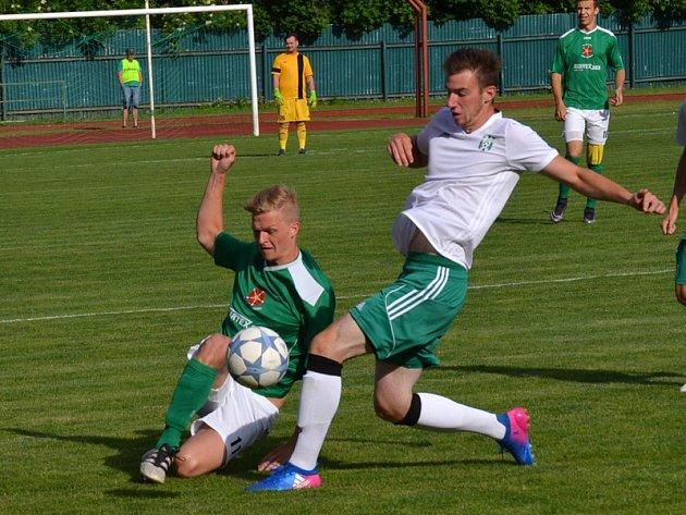 Jihočeské derby mezi celky krumlovského Slavoje a jankovského SK bohužel mnoho fotbalových lahůdek nenabídlo a hra se odbývala výhradně mezi šestnáctkami. V této chvíli domácí Jakub Wagner (vlevo) důrazně zastavil průnik hostujícího Zajíce.