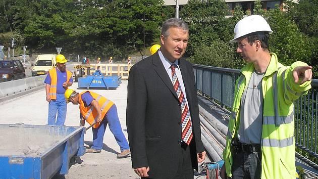 Vicehejtman Robin Schinko prověřuje situaci na opravě Porákova mostu v Č. Krumlově.