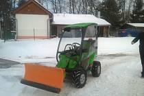 V Horní Plané včera zkoušeli právě dovezený víceúčelový stroj Avant 225, který poslouží i na úpravu ledu.