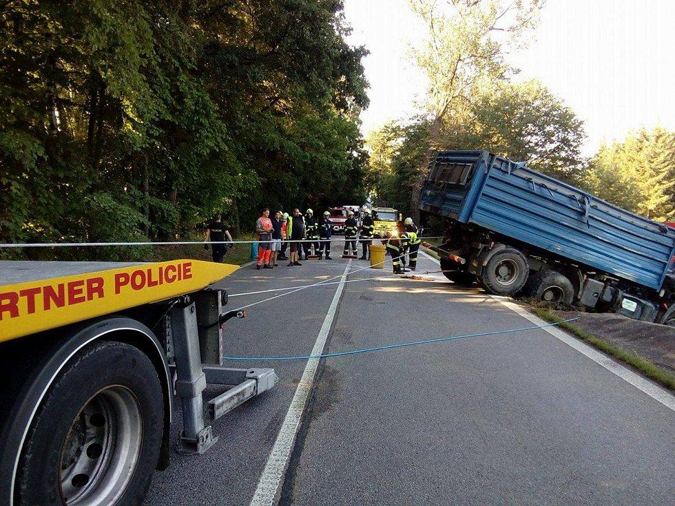 Odpolední nehoda u Netřebic zablokovala dopravu na I/3.
