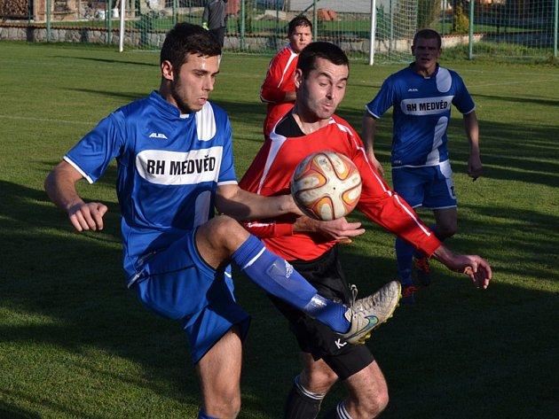 Fandům fotbalu v regionu sice ubylo jedno prestižní derby, ale Velešín se vyhne jednomu ze svých  vyloženě neoblíbených soupeřů (momentka z loňského podzimu, kdy favorit v Nové Vsi padl 1:3).