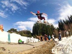 Desetimetrový road gap nad silnicí ze Slupečné na Lipno skáče Filip Antl z Frymburka.