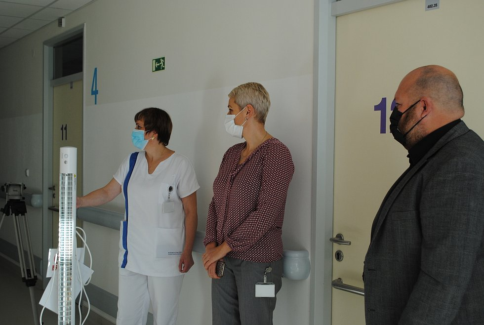 Českokrumlovské Sdružení cestovního ruchu darovalo nemocnici UV lampy k dezinfekci pokojů i operačních sálů.