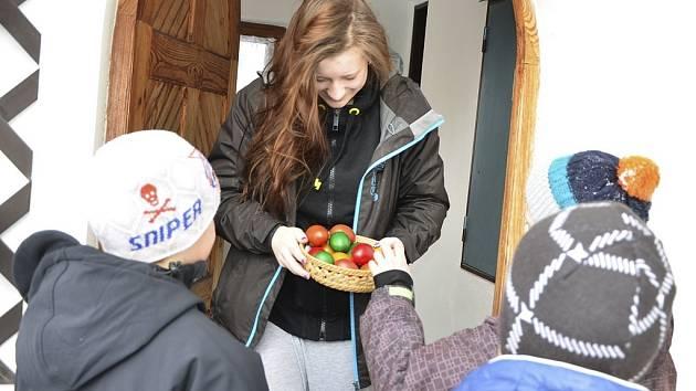 Jana Dítětová z Blanska obdarovala koledníky vajíčky.