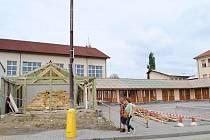 Město Vyšší Brod bourá tržnici na obecním pozemku. Místo ní bude hřiště.