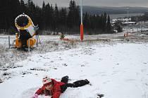Na andělíčka Aničce Poustecké z Českého Krumlova stačily i dva centimetry sněhu. Na Kramolíně leží letošní první sníh a sněžná děla jsou v plné pohotovosti.