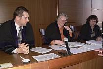 Věra Balejová (uprostřed) jako předsedkyně senátu společně s kolegy Helenou Nutilovou a Zdeňkem Strnadem na začátku dubna rozhodli, že volby konané  14. 3. 2015 jsou neplatné. Proti Věře Balejové jsou nyní vzneseny námitky podjatosti.